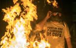 Moradores de rua queimam bonecos de Alckmin e Haddad em ato em SP / Reprodução: Marlene Bergamo/Folhapres