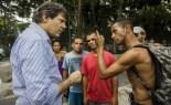 Haddad conversa com morador da Cracolândia